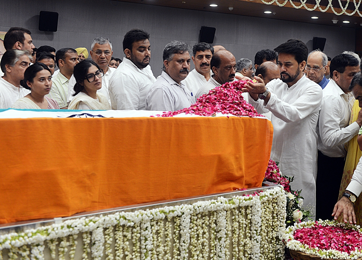 Union Minister of State for Finance Anurag Singh Thakur pays floral tributes during the last respects of former Finance Minister Arun Jaitley at BJP headquarters in New Delhi