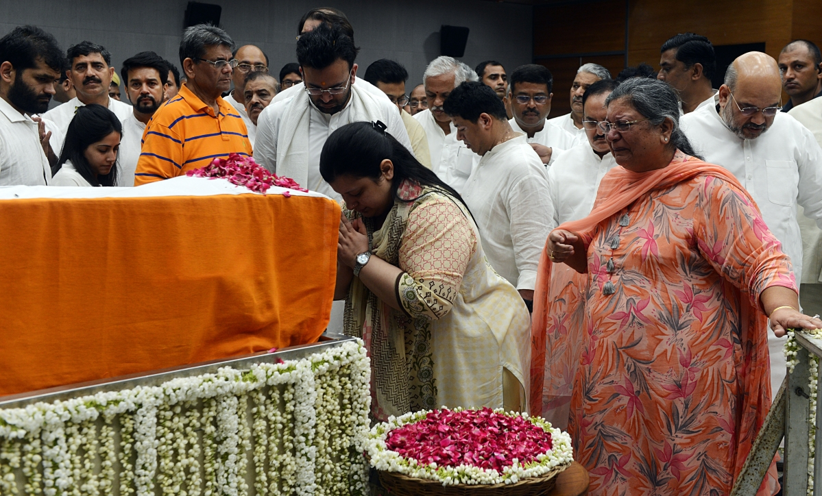 Sonali Jaitley daughter of former Finance Minister Arun Jaitley pays floral tributes along with her brother as Sangeeta Jaitley wife of Arun Jaitley cries during his last respects at BJP headquarters in New Delhi