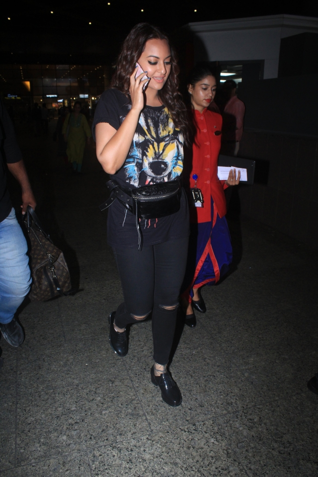 Sonakshi Sinha spotted by paps at Mumbai airport while arriving back from the Jaipur post shooting for Salman Khan' 'Dabangg 3'.