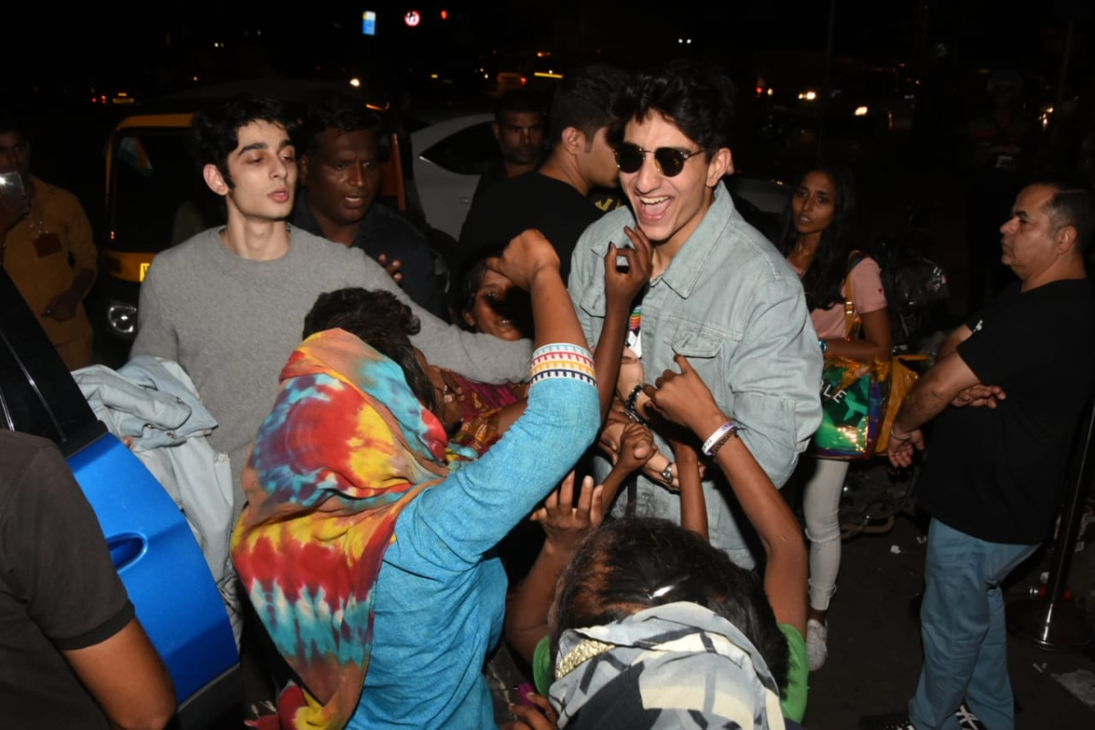 Ibrahim Khan was seen having fun with his fans on the street.