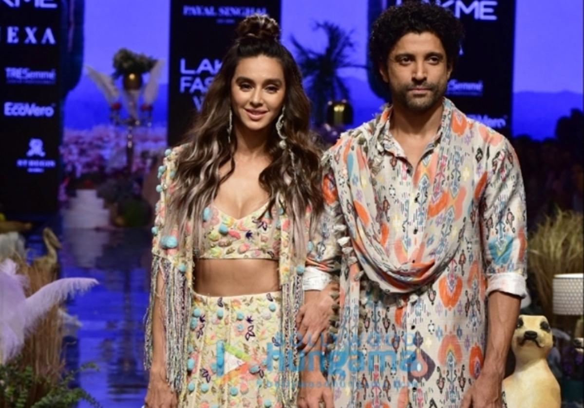 Farhan Akhtar compliments GF Shibani Dandekar's style at the LFW 2019