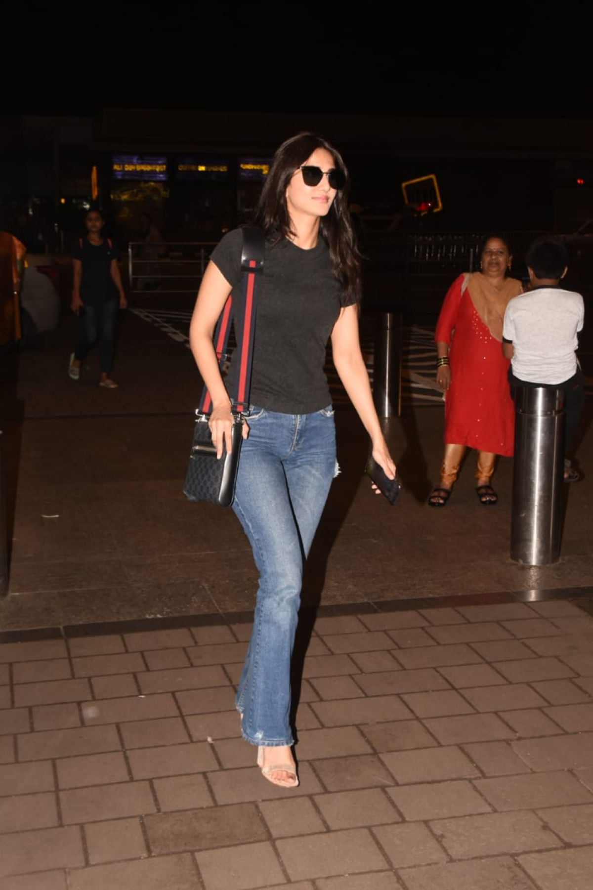 'Befikre' star Vaani Kapoor clicked at Mumbai airport in a black casual Tee and jeans.