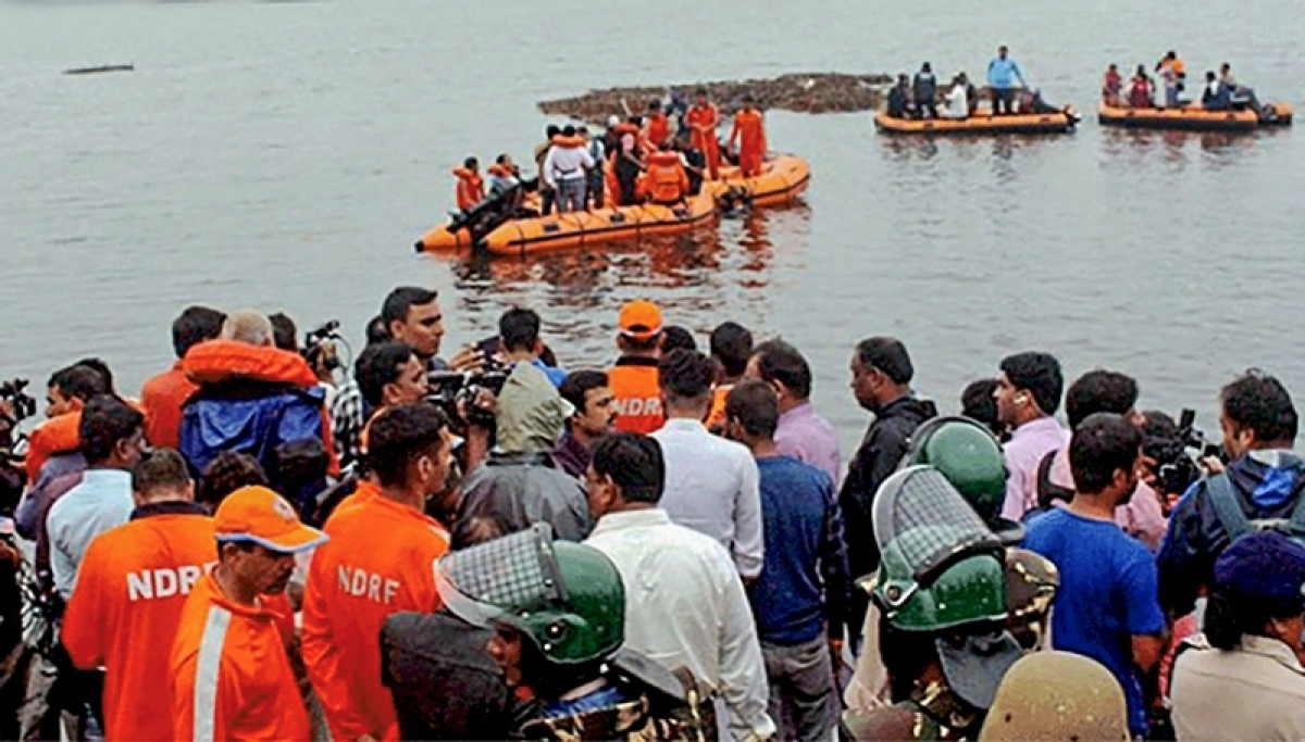Andhra-Pradesh Boat capsized in Godavari: 2 helicopters, 8 boats pressed into rescue operation