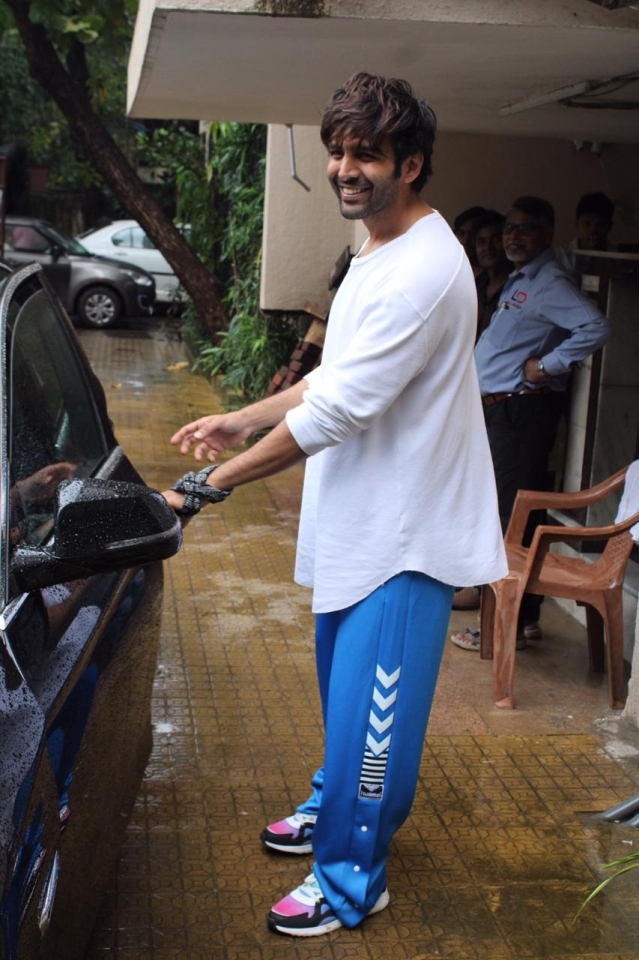 Kartik Aaryan also today spotted by paps at dance classes in Andheri.