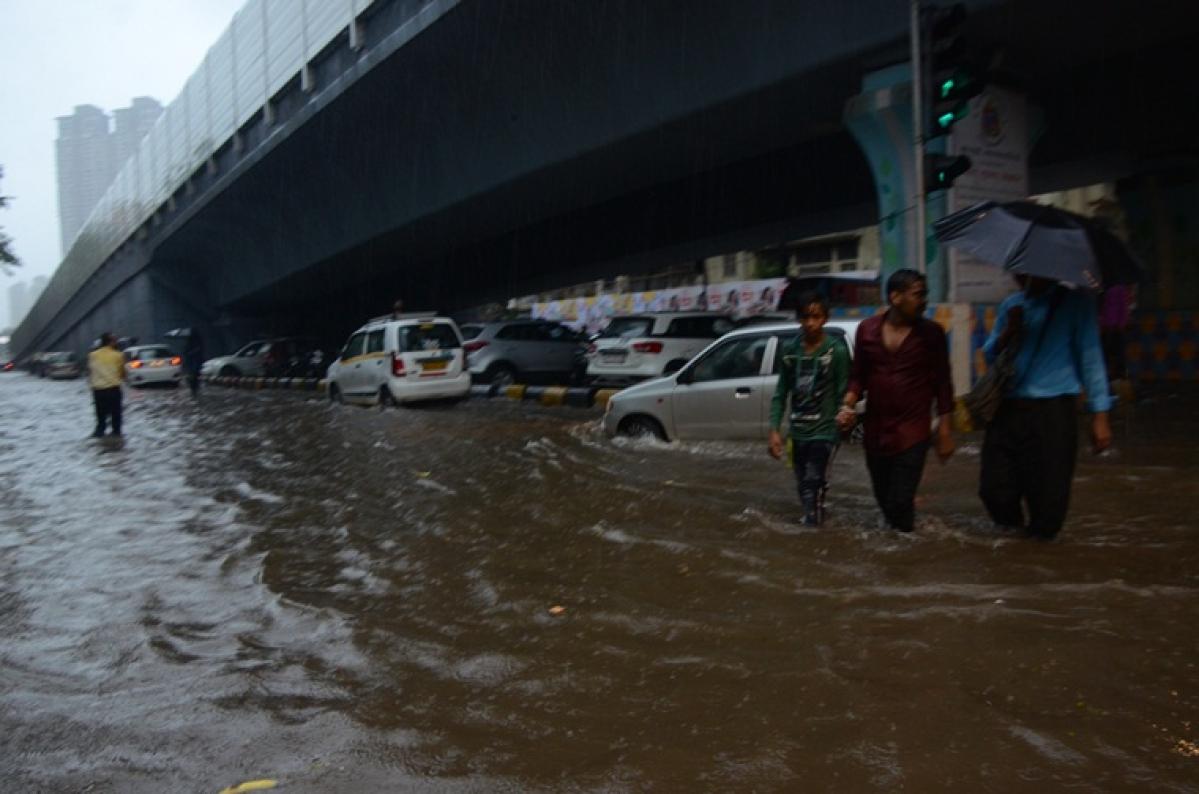 Mumbai: Rains cause traffic snarls, Ganpati Visarjan too gets affected