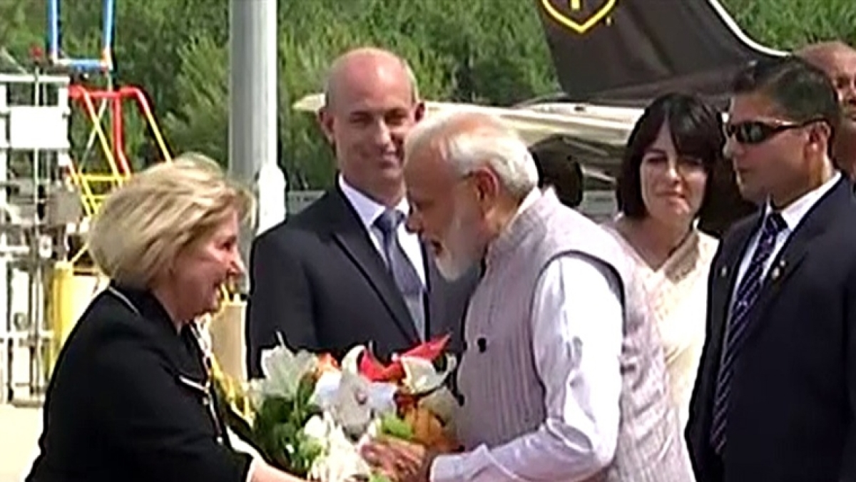 PM Narendra Modi's 'down to earth' gesture at Houston airport leaves netizens impressed!