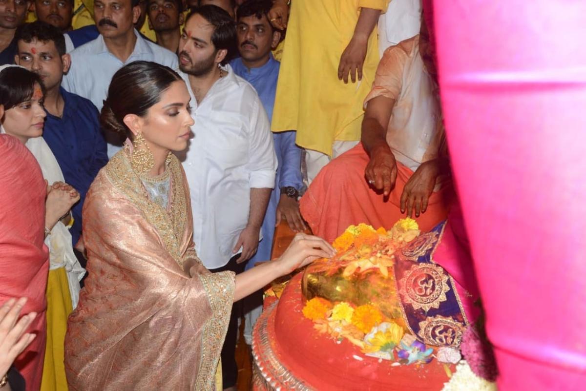 Deepika Padukone seeks blessings at Lalbaughcha Raja in Mumbai, watch video