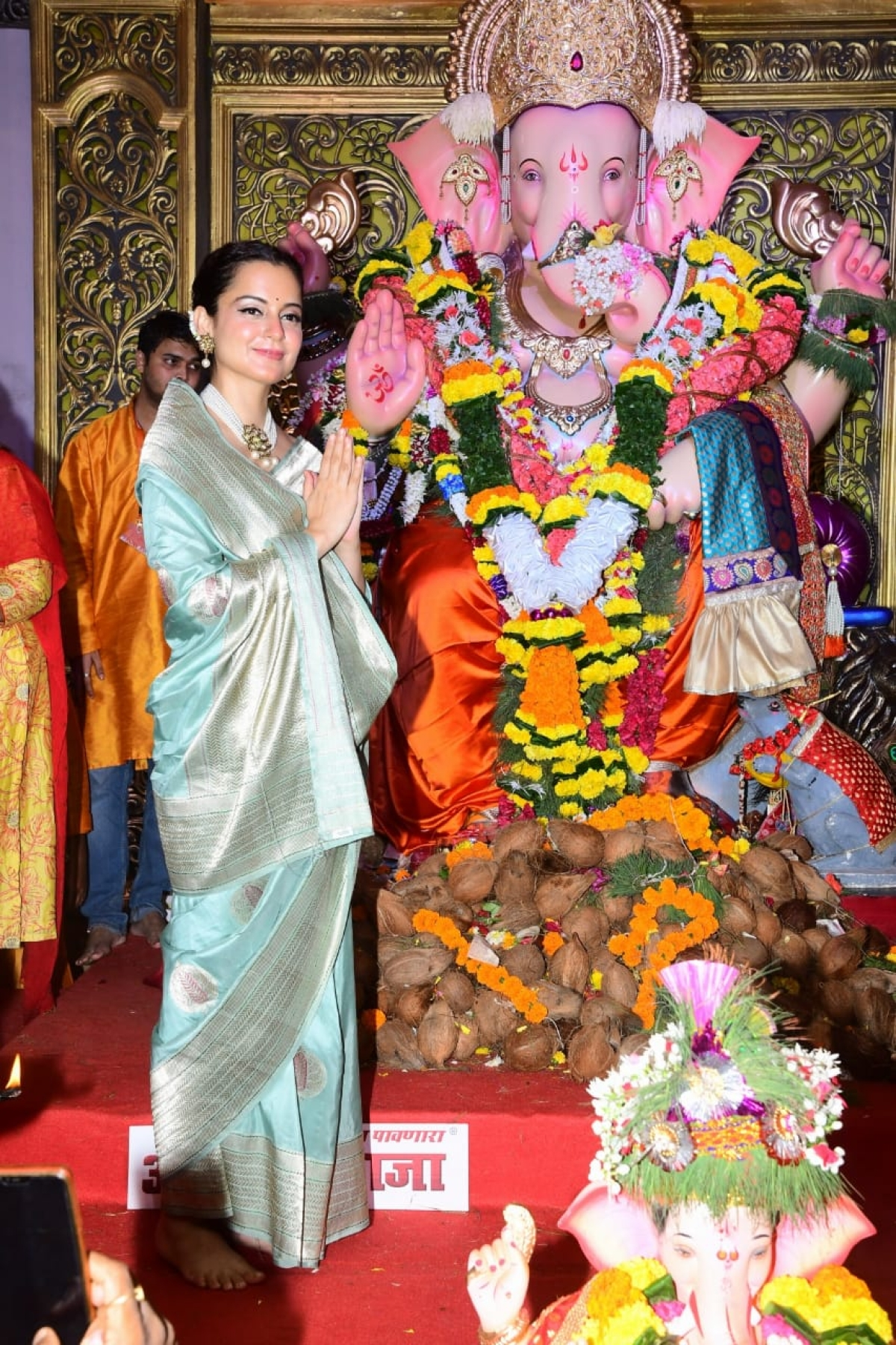 Kangana Ranaut paid visit at the suburban king 'Andhericha Raja' with her sister Rangoli Chandel.