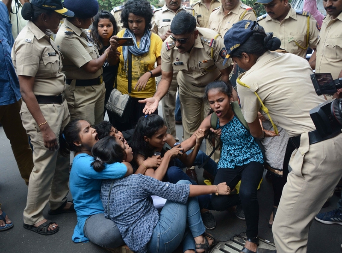 Mumbai: 22 students protesting at Big B house are detained