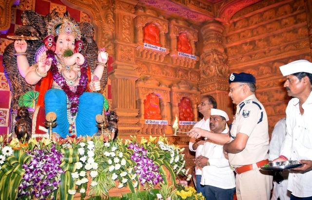 Bihar DGP Gupteshwar Pandey offers prayers to Lord Ganesha on the occasion of the 'Ganesh Chaturthi' festival at Maharastra Mandal in Patna