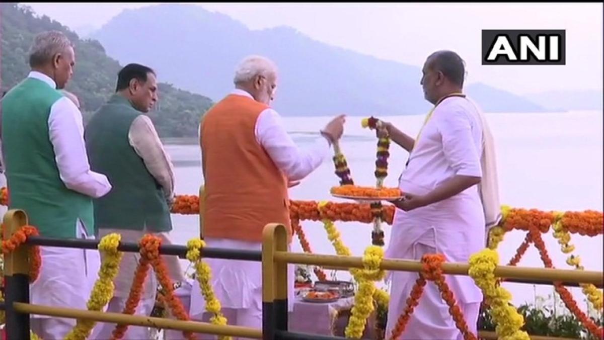 PM Narendra Modi performs Narmada 'aarti' at Sardar Sarovar dam