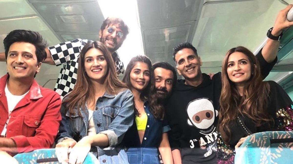 Watch: Akshay Kumar and 'Housefull 4' team are like all of us on the train, playing antakshari and housie