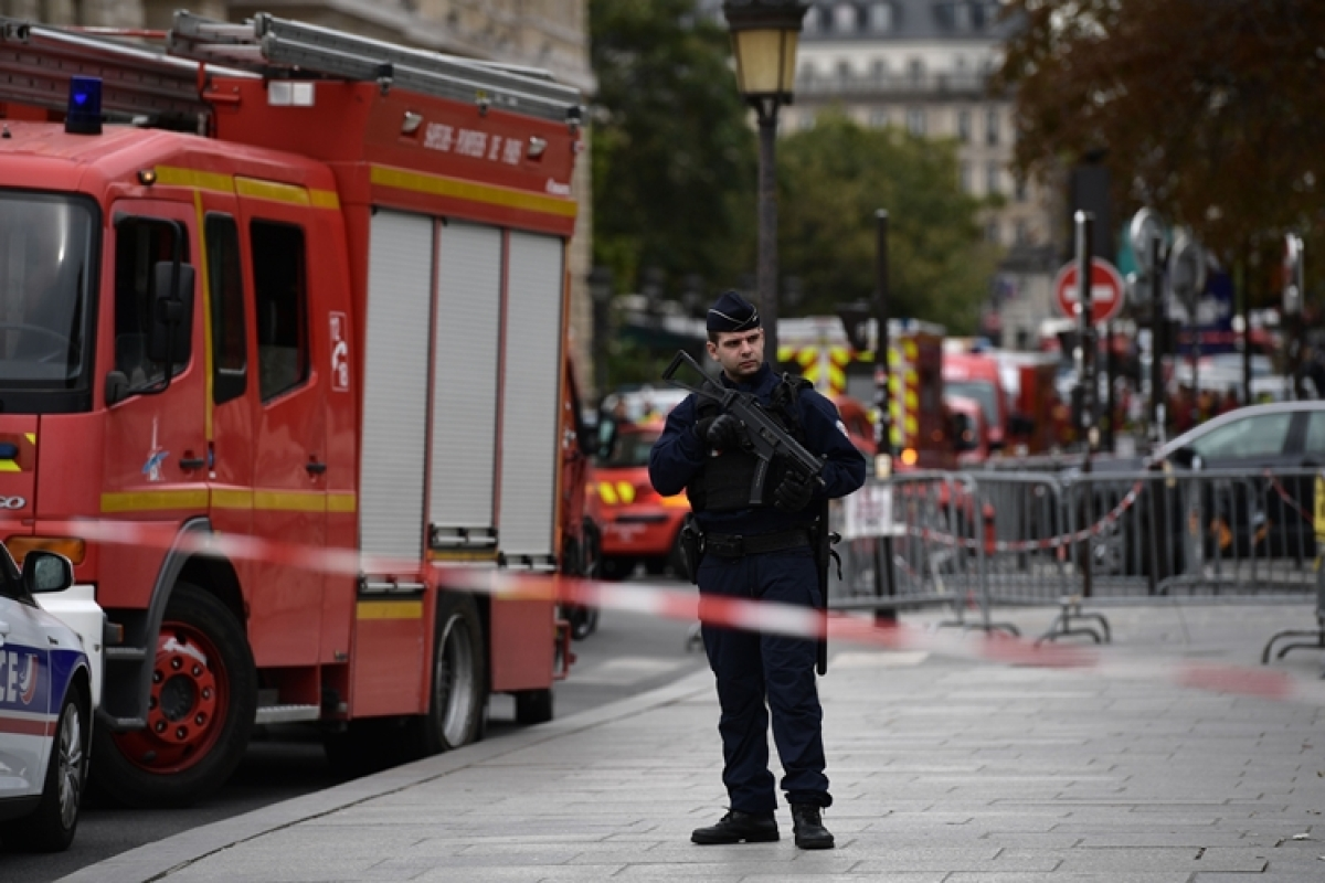 Paris police attacker had colleague details on USB