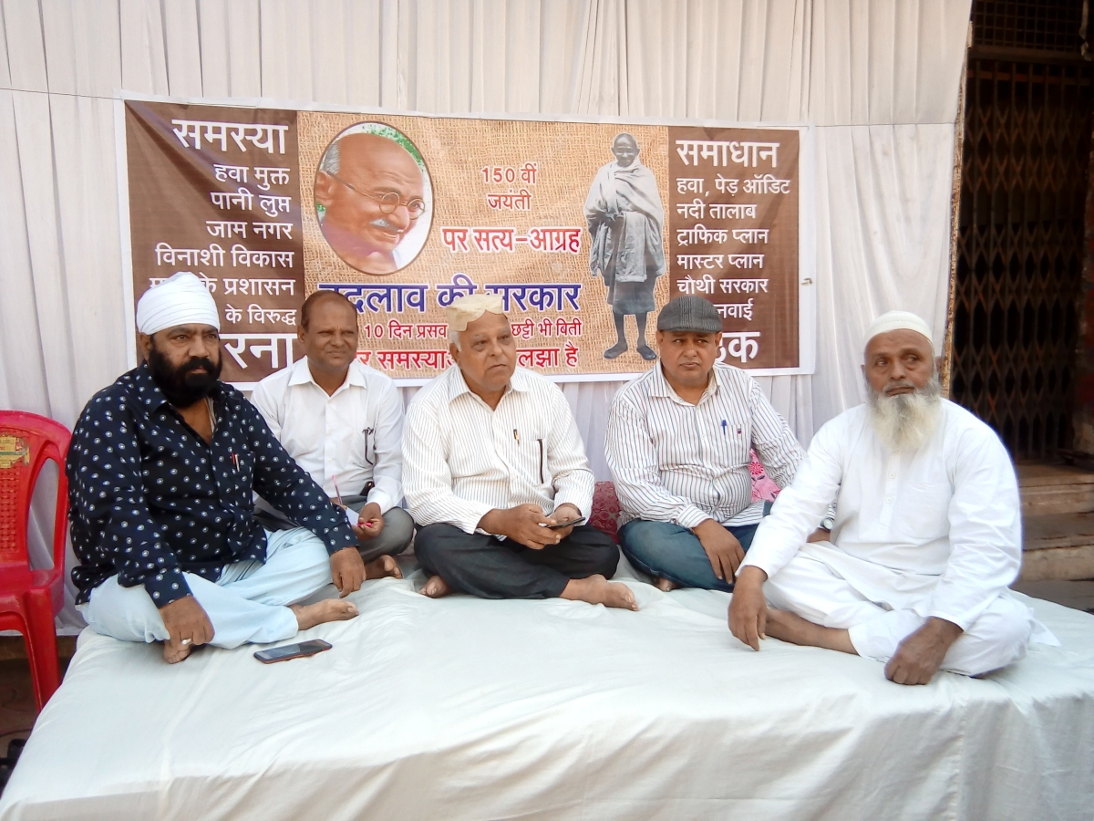 Indore: Kodwani on indefinite dharna at Cong office