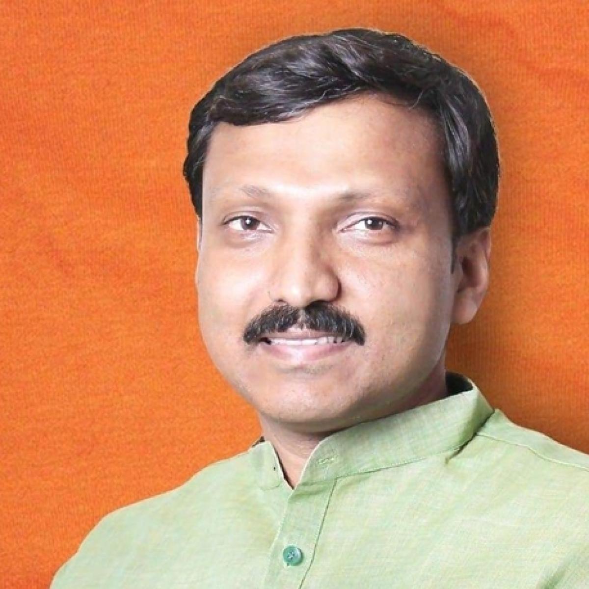Shiv Sena MP Omraje Nimbalkar injured in attack at poll rally in Maharashtra