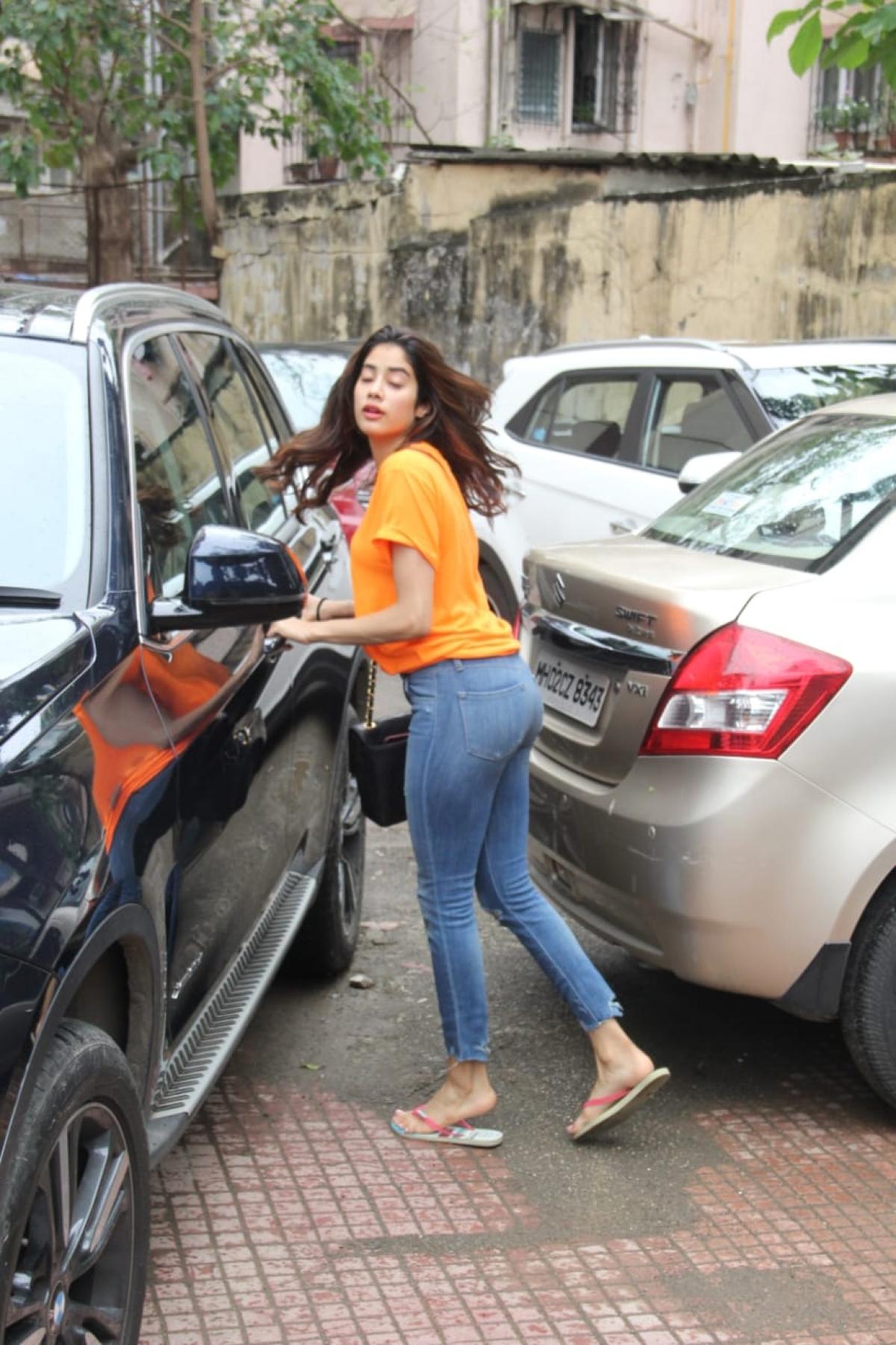 Celebrity spotting: From Mira Kapoor's gym look to Jhanvi Kapoor's casuals and Kriti Sanon's Desi avatar