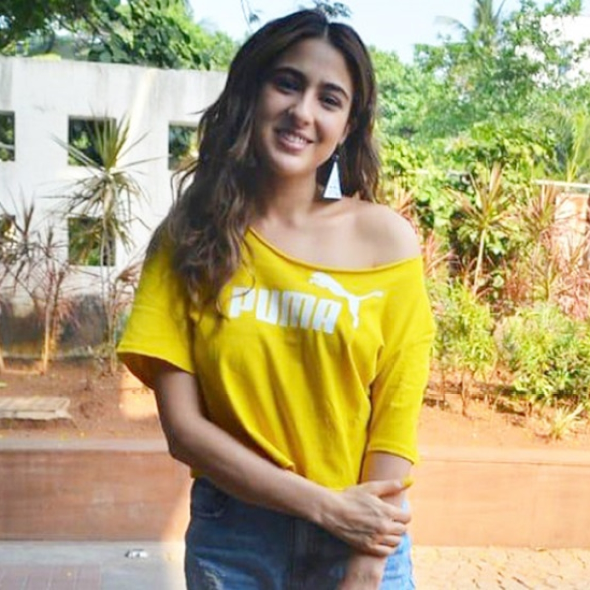 Sara Ali Khan going all glam in super trendy torn jeans and crop top
