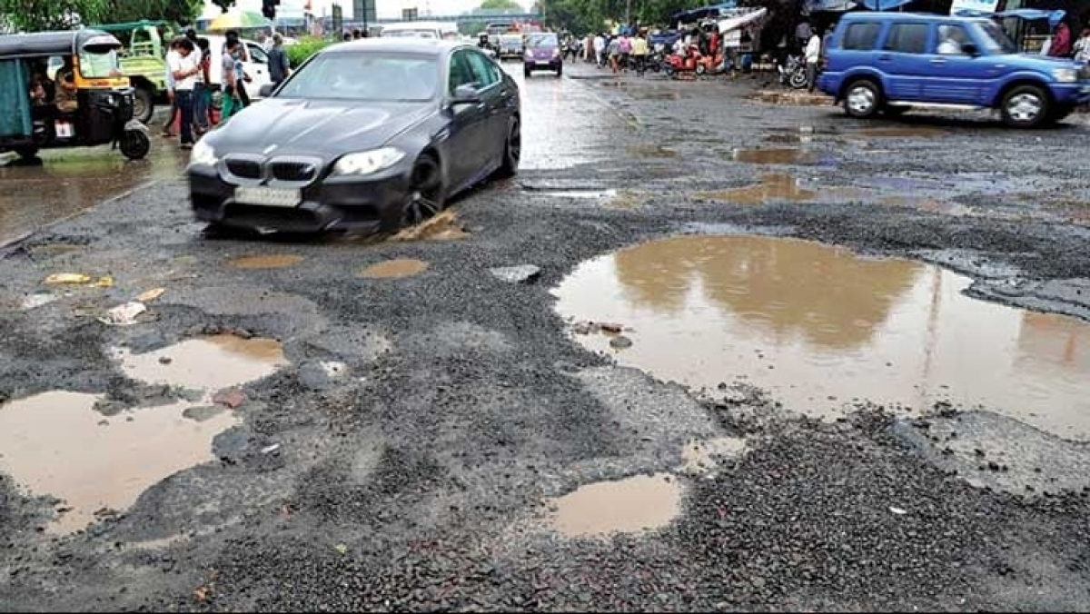 Sisyphean Struggle: CIDCO-appointed contractor hires 1 man pays him Rs 600 per day to fill potholes