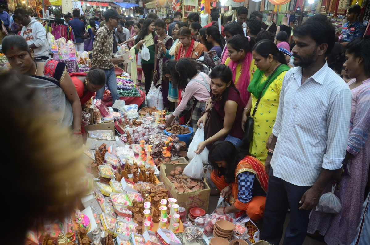 Bhopal: Rain plays spoilsport; diyas sold at double the price