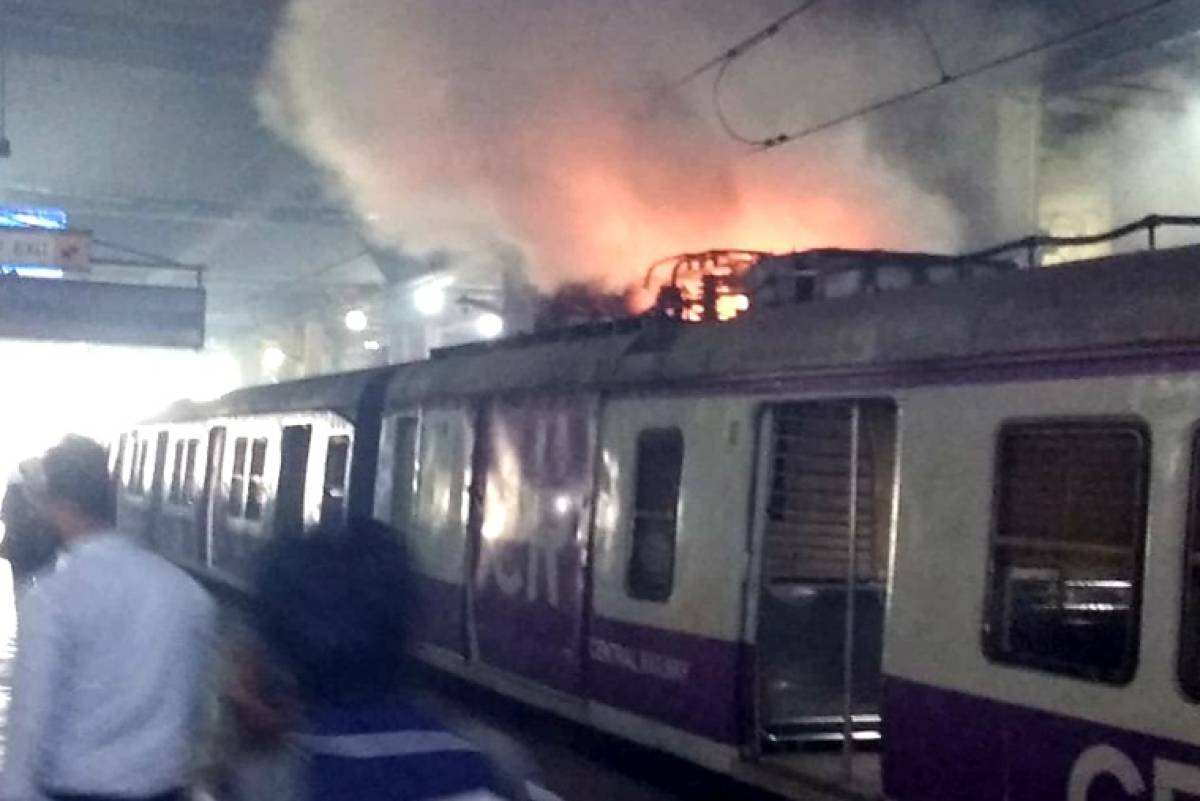 Vashi – Fire in pantograph of a Panvel-bound local train.