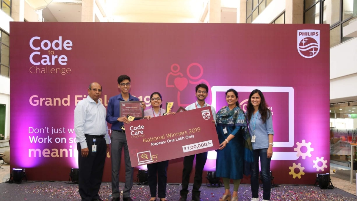 National Winners from Indore receiving their Rs 1 lakh grand cheque