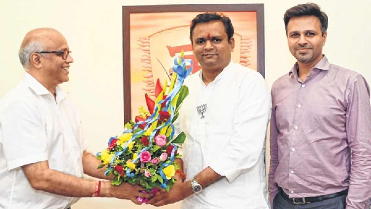 FPJ Group owner Ashok Karnani (L) and Director Abhishek Karnani (R) receive Rahul Narvekar (C), BJP-Shiv Sena candidate, who paid visit to Free Press Journal and Navshakti office.