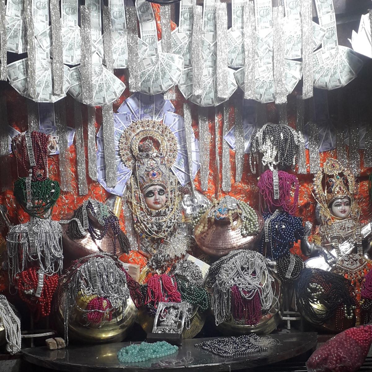 Ratlam: Mahalaxmi Mandir –Devotees receive 'precious prasad' on Diwali
