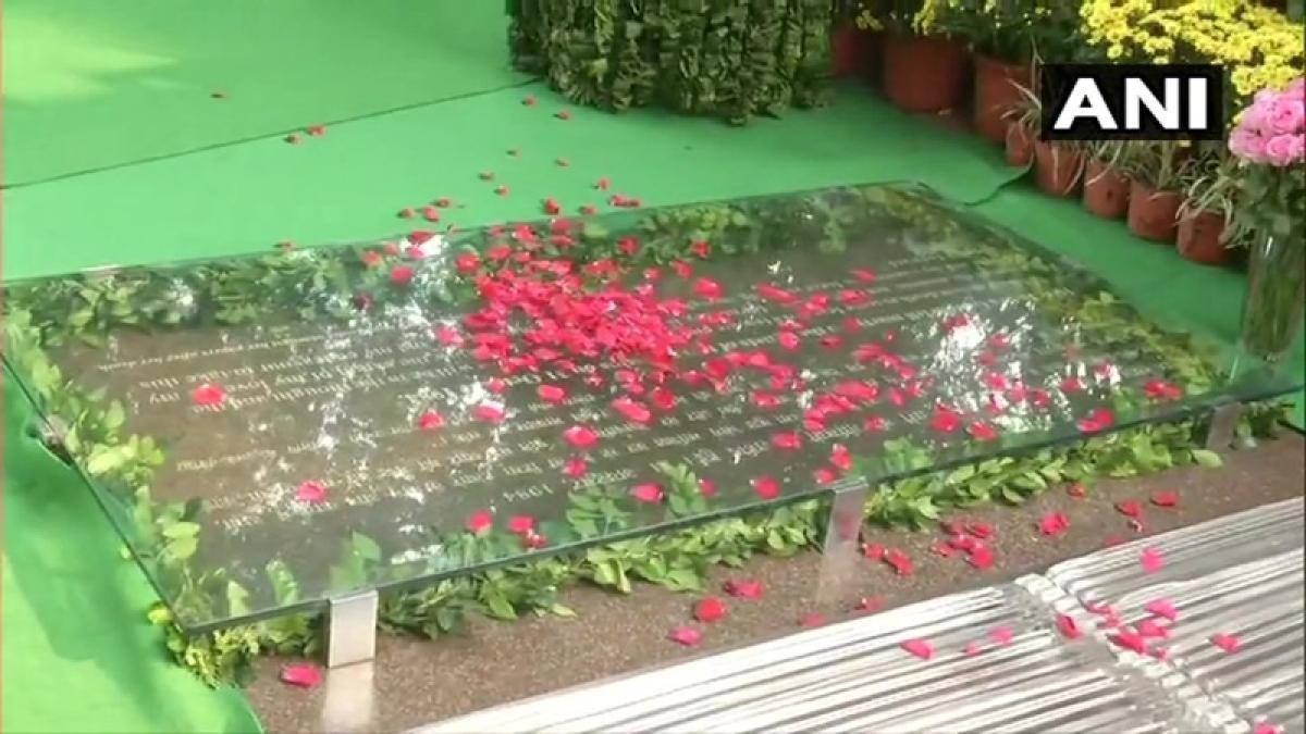Sonia Gandhi, Manmohan Singh, Pranab Mukherjee pay tributes to Indira Gandhi on birth anniversary