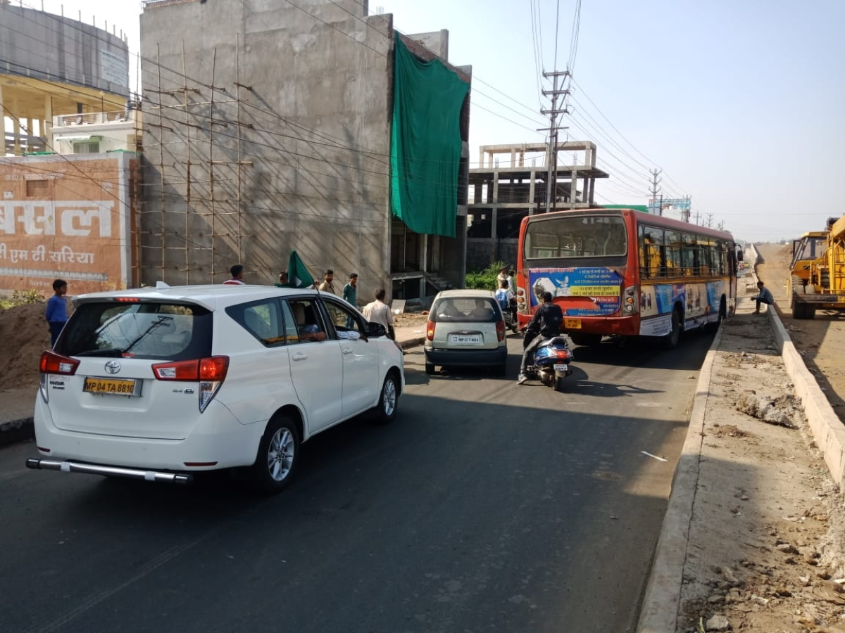 Bhopal: Bus hits divider on Airport road, causes traffic jam