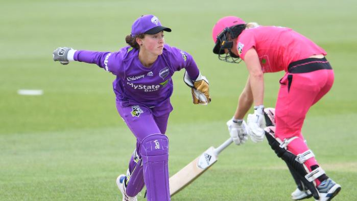 Emily Smith playing for the Hobart Hurricanes of the WBBL