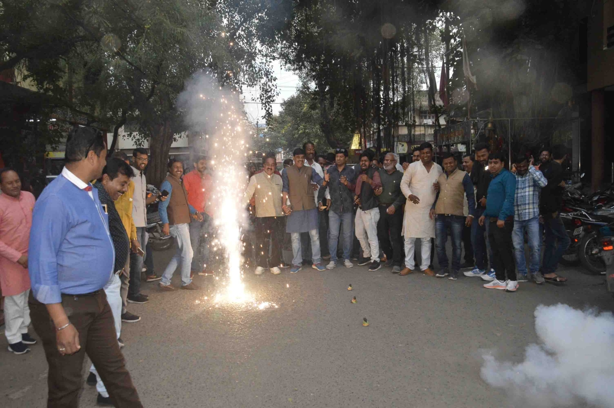 Ujjain: BJP workers celebrate formation of party govt in Maha