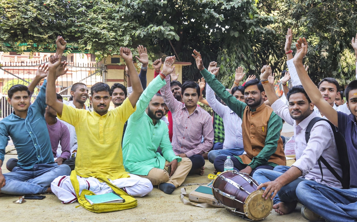 BHU students continue protests for dismissal of Muslim professor, ABVP lends support