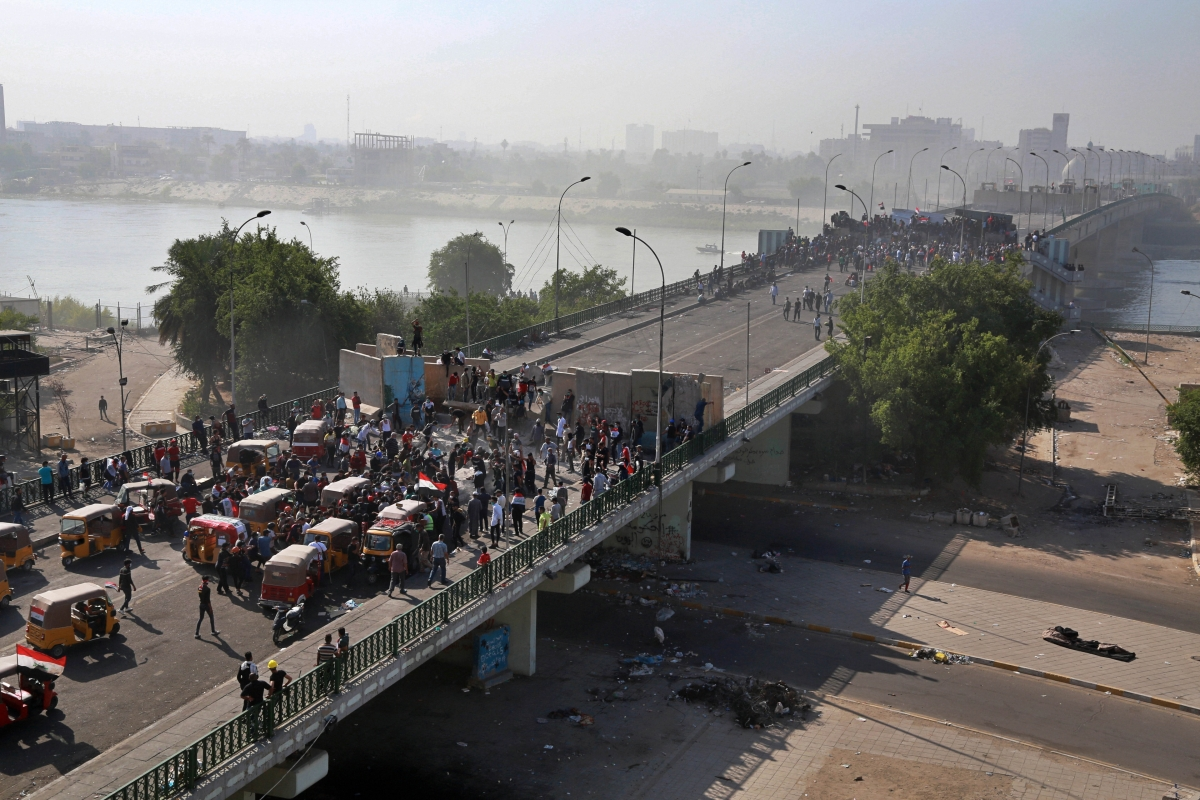 Iraq: Protesters spill back onto bridge in Baghdad