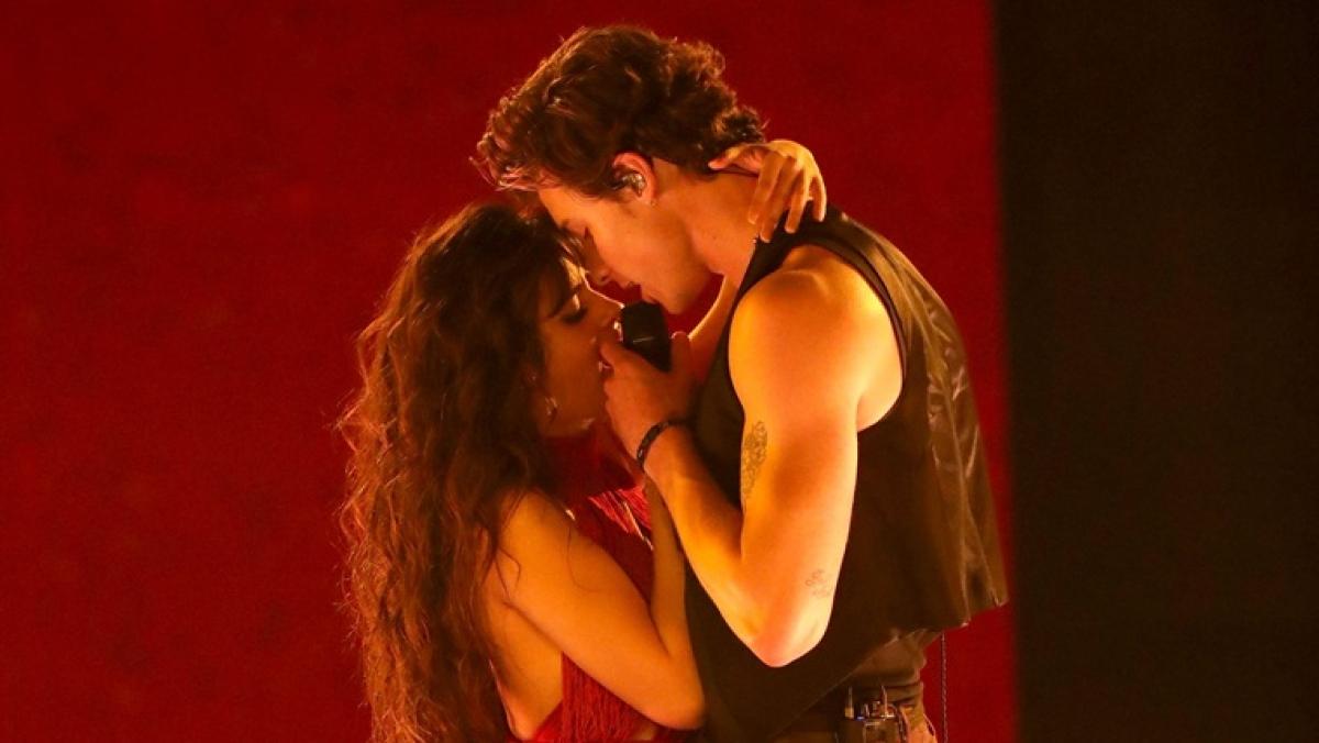 Camila Cabello, Shawn Mendes turn up the heat while performing 'Senorita' at 2019 AMAs