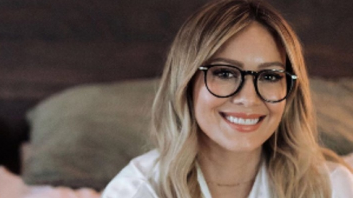 Hilary Duff as Lizzie McGuire in this BTS still will make you nostalgic