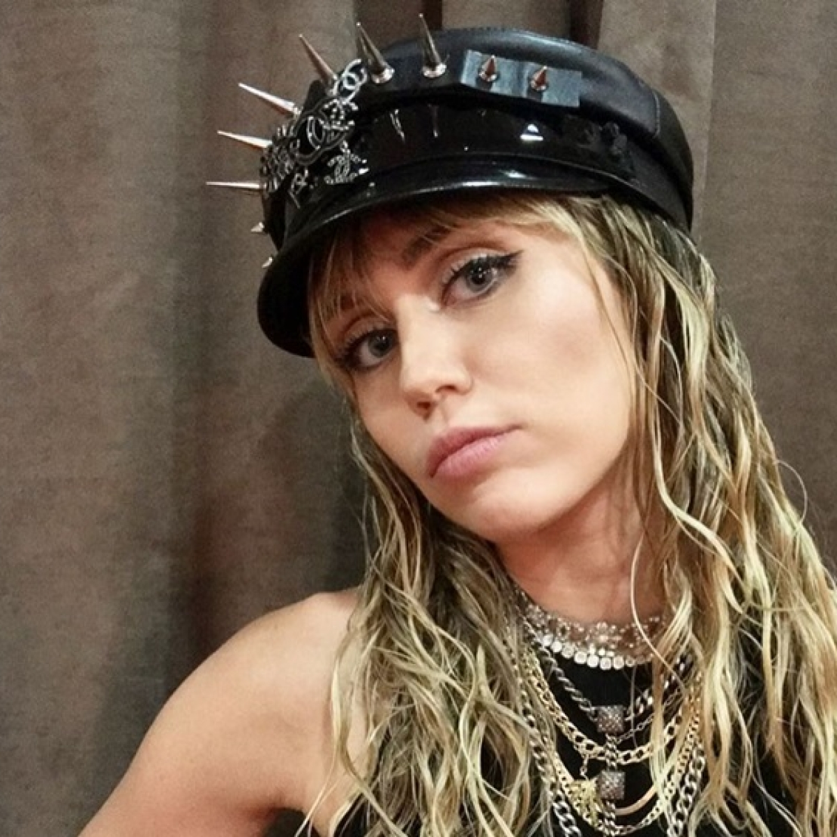 Miley Cyrus calls out VMAs directors for sexist comment about her performance