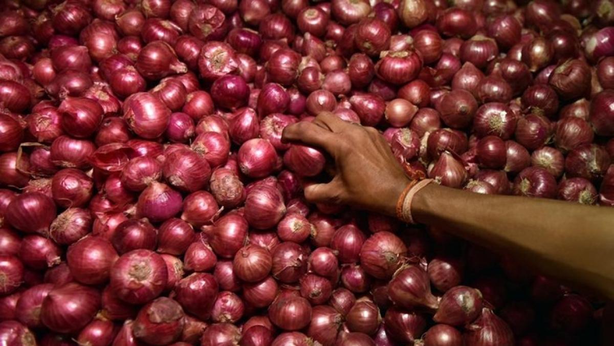 Statement wedding: Bride and groom exchange garlands of onion, garlic!