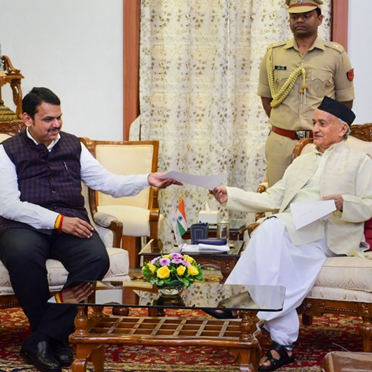 Unlike his swearing-in, CM Fadnavis quits in full media blaze on a bright afternoon
