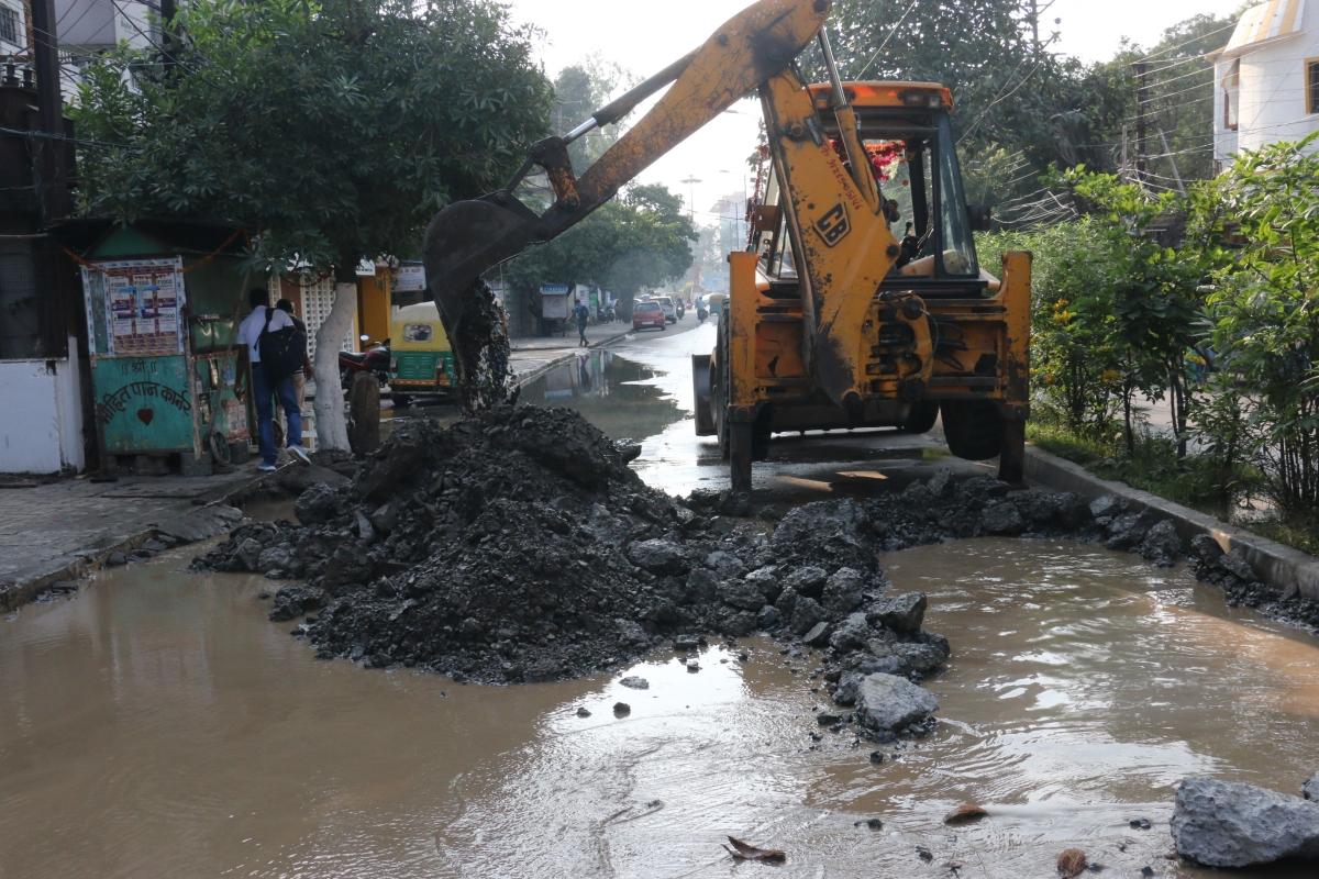 Indore: Narmada water leakage disrupts traffic flow