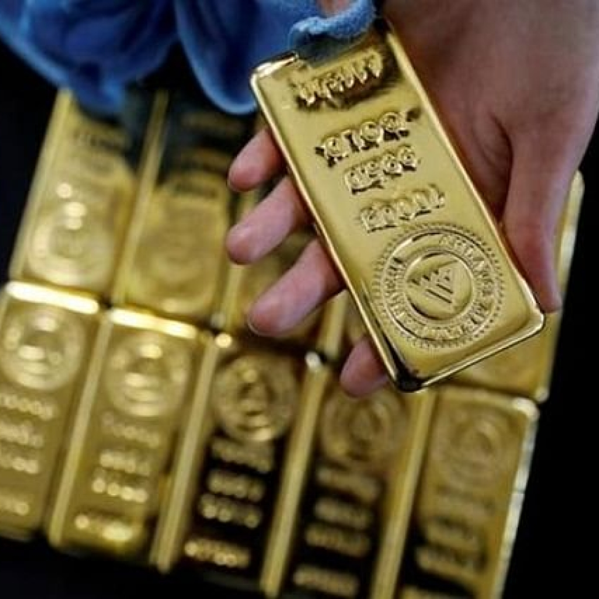 Gold prices continue to fall on weak global prices, absence of demand