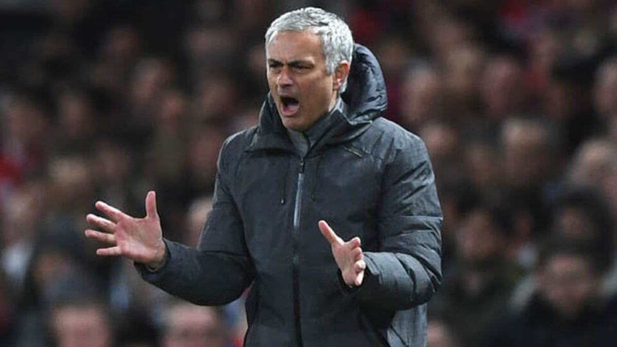Twitter in splits after Mourinho is 'yellow carded' for looking at opposition's notes