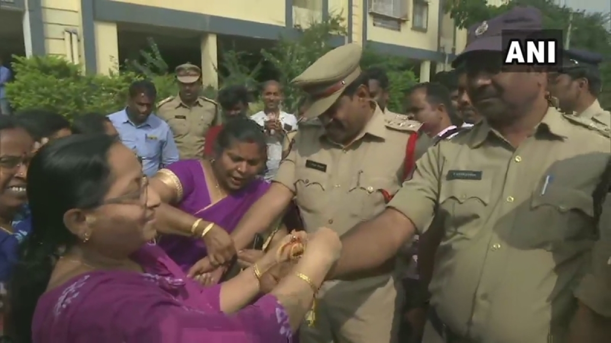 Hyderabad: Rakhis, rose petals and 'zindabad' slogans for cops after encounter