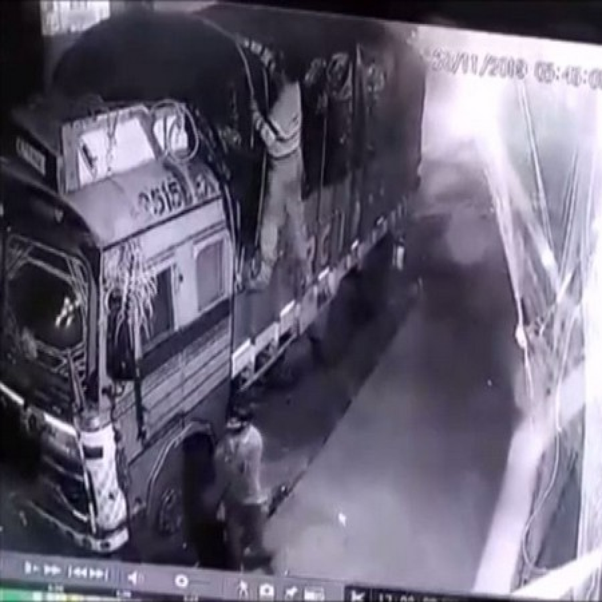 Thieves stealing bags of chana dal from a truck caught in CCTV