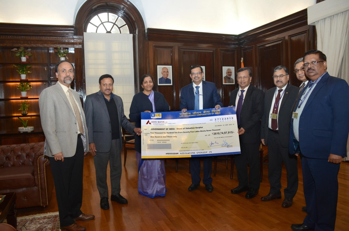 LIC's chairman hands over dividend of Rs 2611 cr to the government
