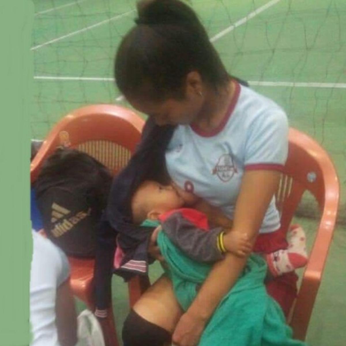 Twitter users praise woman spiker breastfeeding her baby