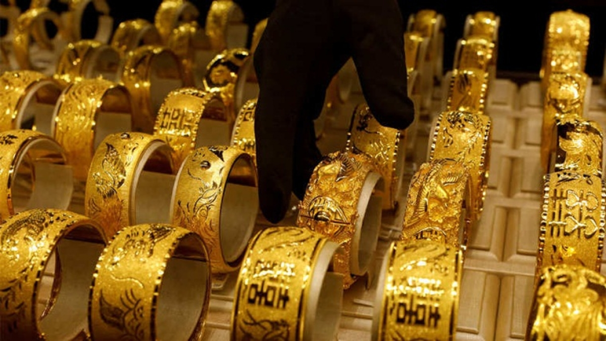 Gold prices fall today after sharp rise in previous session