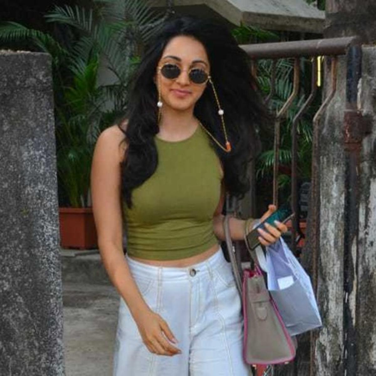 Kiara Advani spotted wearing a 'weird chashma' outside Kromakay salon