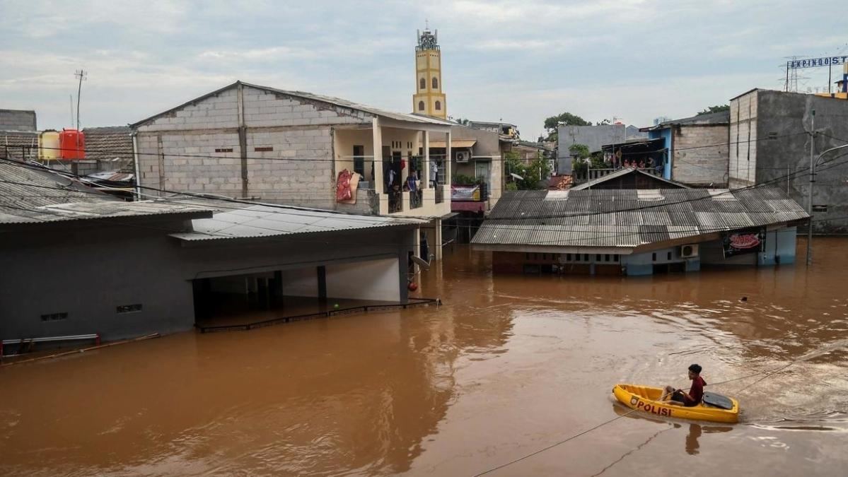 Indonesia floods leave 30 dead