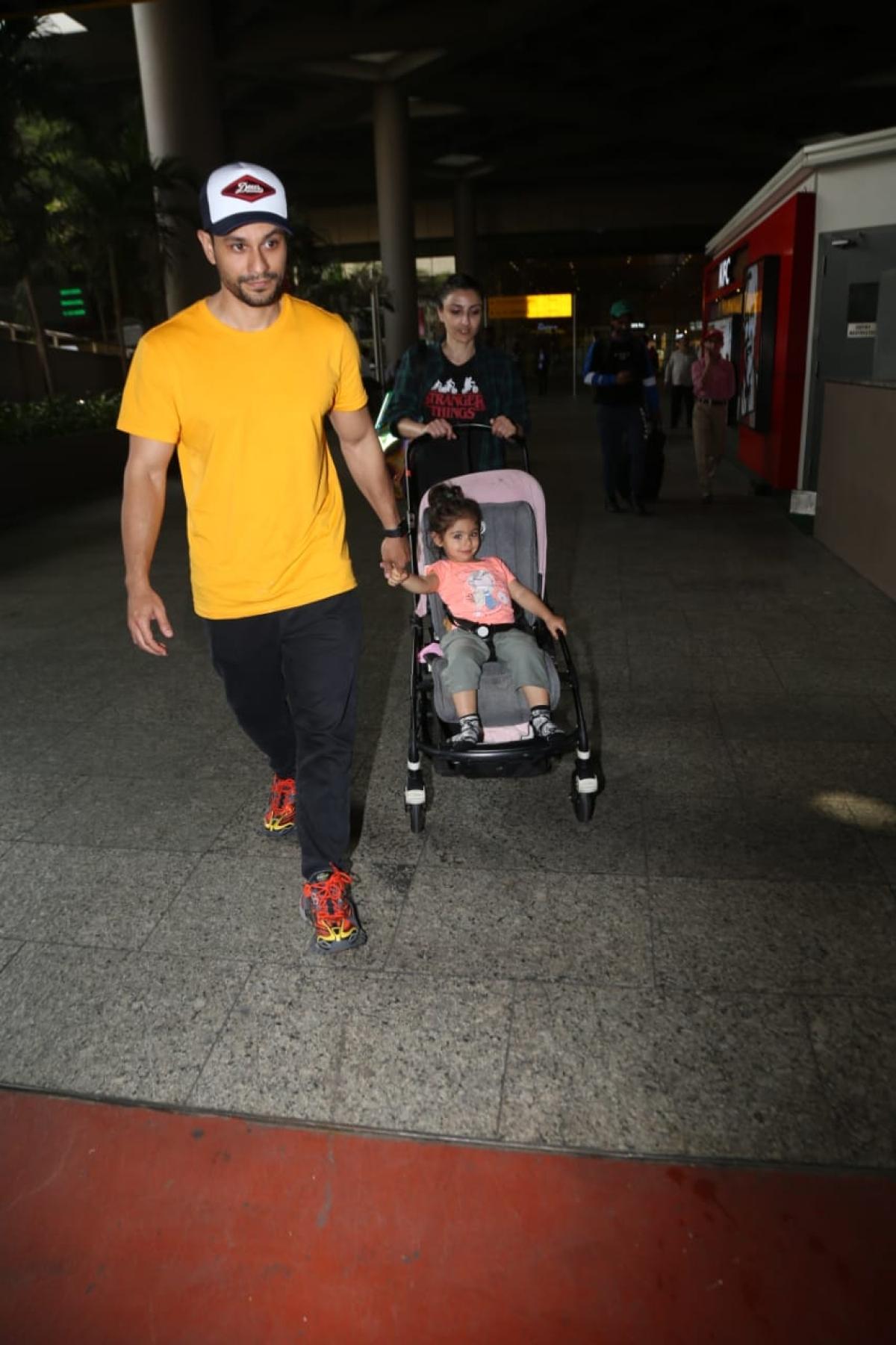 Watch video: Did Kunal Kemmu forget his daughter Inaaya is on a pram?