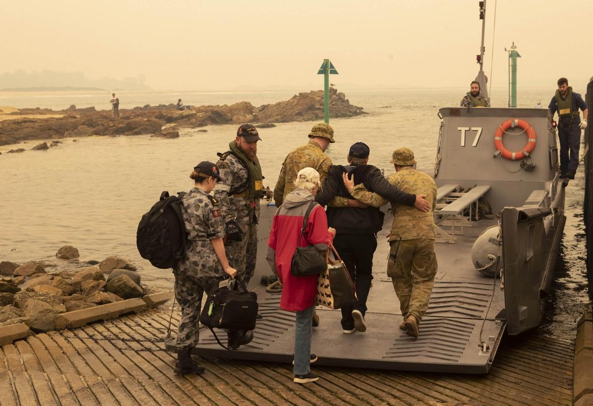 Australian Navy rescues people from bushfire-hit town